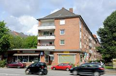 Wohnhäuser und Einzelhandel / Geschäfte - Baujahr in den 1960er Jahren - Strassenverkehr, Eiffestrasse Hamburg Hamm.