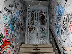 Mit Graffiti versehener Hauseingang eines Miethauses auf Hamburg St. Pauli.