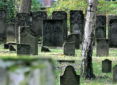 Grabsteine auf dem Jüdischen Friedhof Kattunbleiche in Hamburg Wandsbek - genutzt von 1637 bis 1886.