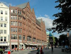 Historische Kontorhäuser in der Mönckebergstrasse - Hamburgs Backsteinarchitektur; Kontorhaus DOMHOF - erbaut 1911, Architekt Franz Bach.