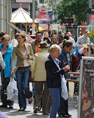 Sonnabend Vormittag in Hamburg Winterhude - die Einwohner des Stadtteils kaufen auf dem Mühlenkamp ein.