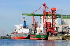 Schiffe am Kai im Reiherstieg - Bilder aus dem Hamburger Hafen - Krananlage zum Löschen der Schiffe.