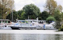 Sportboothafen Tatenberger Yachtclub in Hamburg Allermöhe - Sportboote, Motorboote am Steg; Blick von der Doveelbe.