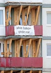 Mit Holzbalken abgestützte Balkons der einsturzgefährdeten Essohäuser an der Reeperbahn, Hamburg St. Pauli - Banner, Plakat mit der Aufschrift Mein Balkon gehört mir.