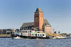 Lotsenhaus Seemannshöft an der Norderelbe - Architektur Hamburgs, Architekt Oberbaudirektor Fritz Schumacher; Lotsenboot / Pilot 1 in Fahrt.