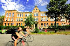 Ehemalige Realschule Weidenstieg - errichtet1895 nach Plänen von Carl Johann Christian Zimmermann - Fotos aus dem Stadtteil Hamburg Eimsbüttel.