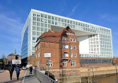 Blick von der Ericusbrücke über den Ericusgraben - Bürogebäude / Spiegel; historisches Hafengebäude an der Drehbrücke.