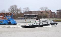 Blick auf die Hochwasserschutzanlage in Hamburg Finkenwerder - die Gäste des Fischrestaurants können den Schiffverkehr auf der Elbe und dem Köhlfleet beobachten.