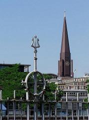 Kirchturm der Hamburger Hauptkirche St. Jakobi - im Vordergrund Reste des Zollzauns am Zollkanal, der das Hamburger Freihafengebiet eingrenzte.