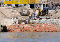 Baustelle an einer Kaimauer im Magedeburger Hafen - Stadtteil Hamburg Hafencity; die alte Ziegelmauer ist zusammengestürzt.