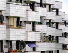 Balkons mit Satellitenschüsseln - Wohnungsbau der 1960er und 1970er Jahre - Grosswohnsiedlung in Hamburg Lohbrügge, Lohbrügge-Nord.