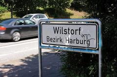 Stadtteilschild Wilstorf, Bezirk Harburg; Stadteilgrenze zu Hamburg Langenbek, Strassenverkehr - Autos.