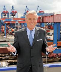 Der HHLA-Vorstandsvorsitzende Klaus-Dieter Peters - im Hintergrund Containerkrane des HHLA Containerterminals Hamburg Altenwerder.