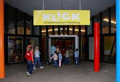 Klick Kindermuseum Eingang - Kinder gehen in das Museum - Achtern Born, Hamburg Osdorf.