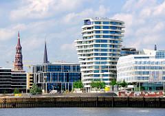 Blick über die Norderelbe zum Strandhafen und der modernen Architektur am Grasbrookhafen der Hamburger Hafencity.