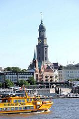 Hafenfähre zum Musical König der Löwen auf Hamburg Steinwerder - Gustaf Adolf Kirche und St. Michaeliskirche in Hamburg Neustadt.