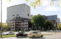 Berufliche Schule Am Lämmermarkt - die Handelsschule mit Wirtschaftsgymnasium wurde um 1920 unter der Leitung von Fritz Schumacher als Berufsschule für kaufmännische Lehrlinge erbaut. Moderne Bürogebäude im Hintergrund - schnell fahrende Autos / KFZ.