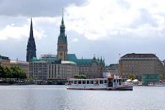 Binnenalster mit Alsterschiff - Türme des Hamburger Rathauses und der Nikolaikirche - Hamburg Altstadt.