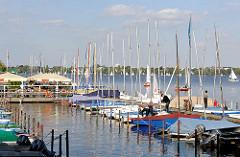 Bootsverleih und Segelbootliegeplatz an der Hamburger Aussenalster im Stadtteil Rotherbaum.