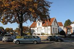 Historisches Gebäude - Eiche im Herbst am Wellingsbuettler Weg.