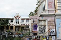 Reste einer Hausfassade mit Fenster eines Abrisshauses in Hamburg St. Pauli - auf dem Hinterhof ein Gewerbegebäude.