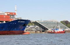 Schiffsbug auf der Höhe des modernen Bürogebäudes Dockland von Hamburg Altona.
