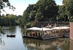 Ruderboot auf dem Goldbeekkanal - Café an der Stadthallenbrücke des Hamburger Stadtparks.