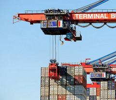 Lascher werden in einem Metallkorb am Heck des Containerschiffs CMA CGM Christophe Colomb zum Lösen der Verbindung heruntergelassen.