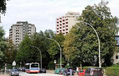 Hamburger Wohnsiedlungen - Hochhäuser von Neuwiedenthal - Bus der HVV, Haltestelle.