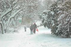 Schneetreiben im Hölderlinsparkt in Hamburg Winterhude - Winterbilder aus der Jarrestadt.