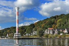 Leuchturm vor Hamburg Blankenese - Hamburg bei Sonne - Bäume im Herbst.