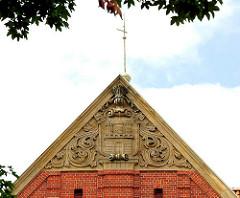 Hausgiebel mit Hamburg Wappen als Dekorelelment - Bauschmuck an der Schule Lutherotstrasse in Hamburg Eimsbüttel. Die ehem. Volksschule wurd 1912 nach Plänen von Fritz Schumacher errichtet.