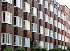 Fassade mit Fenstern eines Etagenhauses in Hamburg Eppendorf - Architekturbilder aus den Stadtteilen Hamburgs.