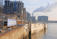 Baustelle am Kaiserkai des Grasbrookhafen - im Vordergrund das Schild am Hafenkai.(2007)