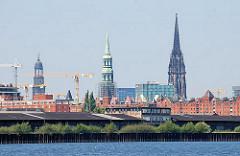 Bilder von der Entstehung der Hafencity - Blick vom Oberhafenkanal auf die Hamburger Kirchtürme; Baukräne ( 2008)