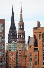 Blick aus der Hamburger Speicherstadt zu den Kirchtürmen der St. Katharinenkirche und St. Nikolaikirche in der Hamburger Altstadt.