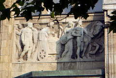 Fassadendekor / Bauschmuck - Relief am Geschäftshaus BARKHOF; Spitaler Strasse / Mönckebergstrasse, Hamburg Altstadt.