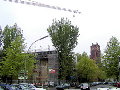 Beginn der Bauarbeiten der Neubauwohnungen auf dem II. Weltkriegsbunker an der Apostelkirche in Hamburg Eimsbüttel. (2001