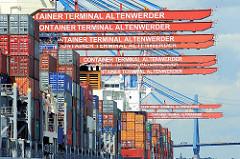 Containerterminal Hamburg Altenwerder - Ausleger der Containerkräne überspannen das am Kai liegende Containerschiff. Im Hintergrund einer der Polygonen der Köhlbrandbrücke.