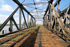 Stahlkonstruktion der alten Eisenbahnbrücke beim Spreehafen in Hamburg Grasbrook / Veddel (2007)