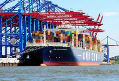 Containerschiff CMA CGM LAPEROUSE unter den Containerbrücken vom Burchardkai in Hamburg Waltershof.