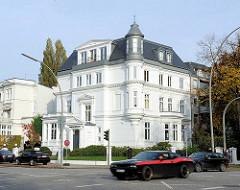 Weisse Villa - mehrstöckiges historisches Wohngebäude an der Hochallee von Hamburg Harvestehude.