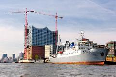 Kulturschiff MS Stubnitz am Strandkai - ehem. Kühlschiff der DDR-Hochsee-Fischfangflotte; Baustelle der Elbphilharmonie.
