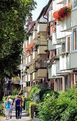 Seitenstrasse im Hamburger Stadtteil Hamm - Balkons zur Strasse, Balkonpflanzen / Geranien.