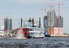 Schaufelraddampfer der Hamburger Hafenrundfahrt vor Hamburg Kehrwieder - lks. die Baustelle der Elbphilharmonie, lks. der Büroturm  Hanseatic Trade Center  HTC.