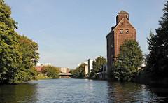 Blick auf den Hammerbrooker Mittelkanal. Silogebäude am Kanalufer - Wendenstrasse.