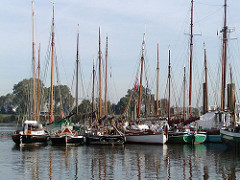 Segelschiffe, Masten - historische Kutter Hafen Finkenwerder.