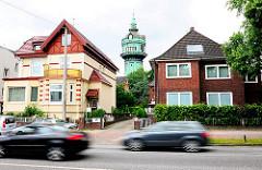 Lokstedter Wasserturm zwischen den Häuser am Lokstedter Steindamm - Autoverkehr - Bilder aus der Hansestadt Hamburg.