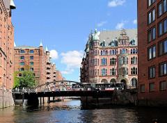Wandrahmsfleet und Wandbereiter Brücke im Hamburger Stadtteil HAFENCITY - rechts das Verwaltungsgebäude der HHLA, lks der Speicherblock S.