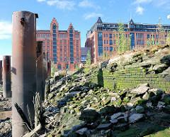 Ehem. Kaianlage am Magedeburger Hafen - eingestürzte Ziegelmauer - Speichergebäude - Fotos aus der Hafencity Hamburgs (2007).